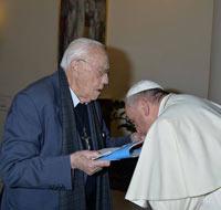 Папа целует руку защитников содомитов.