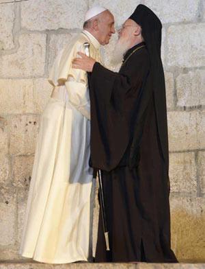 """Папа Франциск и патр. Вартоломей в """"братска прегръдка"""""""